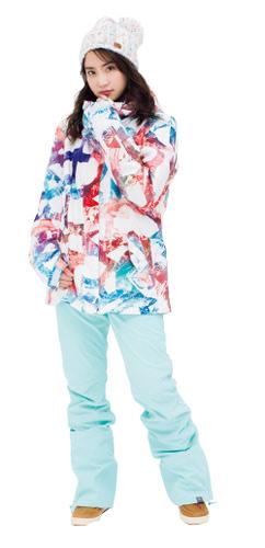 ジャケット 27,000円+税、パンツ 26,000円+税、ビーニー 3,800円+税、ブーツ 8,800円+税/以上ROXY(ボードライダーズジャパン)