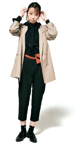 ショートフーディ 3,900円+税/セシルマクビー ルミネエスト新宿店 ピアス 3,900円+税/Ungrid ウエストポーチベルト 1,990円+税/WEGO ソックス(3足セット) 1,000円+税/スピンズ