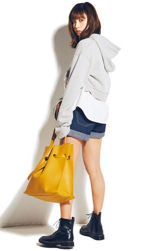 バッグは使い回し。レイヤードパーカ 5,980円+税/EMODA SHIBUYA109店 ショーパン   1,998円+税、ブーツ 2,999円+税/ともにスピンズ