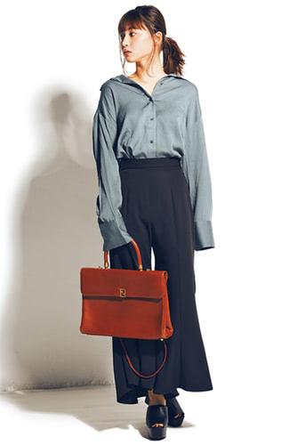 バッグは使い回し。シャツ 7,990円+税/GYDA渋谷109店 ワイドパンツ7,990円+税/リゼクシー渋谷109店 サンダル 7,900円+税/R&E