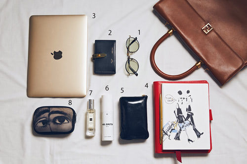 〈1〉Lavidのメガネ。Lavidは日本人に合う形ばかりで、集めています。〈2〉ゴールド× ブラックが大好きなCÉLINEの名刺入れ。 〈3〉Mac。 〈4〉ノート、ペン。LANVAN のノートは表紙がお気に入り。ペンはMoMA。こういうの探してた! とひと 目ぼれ。ぜんぶ打ち合わせには必須です。 〈5〉エナメルがなかなかなく探しまく ったCÉLINEの財布。 〈6〉MR.SMITHのヘアトリートメント。 〈7〉Jo Maloneの香水。香りを大切にしてるのでバッグには常にその日の気分に合った香水を入れてま す。 〈8〉持ち歩き用ポーチはかなり小さめを使用中。