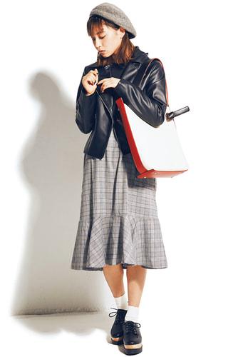 バッグは使い回し。ライダースジャケット 8,990円+税/リゼクシー渋谷109店 トップスとワンピースセット 3,700円+税/chuu ソックス(3足) 1,000円+税/チュチュアンナ レースアップシューズ 5,900円+税/セシルマクビー ルミネエスト新宿店