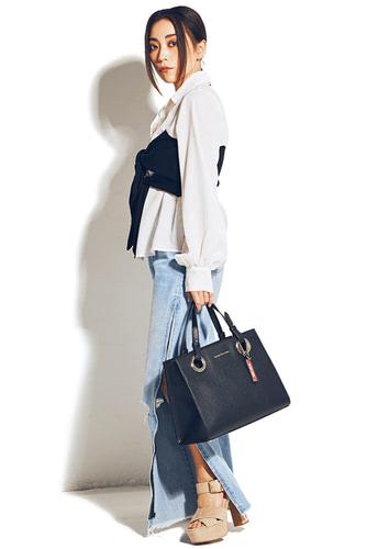 バッグは使い回し。ビスチェつきシャツ 7,900円+税/ROYAL PARTY デニムパンツ 9,990,円+税/リゼクシー渋谷109店 サンダル 7,400円+税/R&E