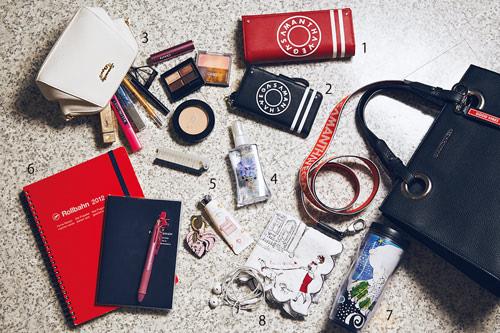 〈1・2・3〉収納力抜群の長財布、ストラップつきで使いやすいiPhoneケース、かさばる化粧品も取り出しやすい化粧ポーチ。すべてサマンサベガのものを愛用中。 〈4〉フェルナンダのボディミスト(アリマアゲル)はほんのりやわらかな香りがお気に入りで香水がわりに。 〈5〉ジルのハンドクリームは乾燥が気になる春先まで必需品です。 〈6〉 ロルバーンのリングノート。バンドがついているのでバッグの中でも広がらなくて安心。 〈7〉スタバのタンブラーは毎日持ち歩いています。傾けてもこぼれない! 〈8〉 タオルとイヤホンは毎日必ずバッグにIN