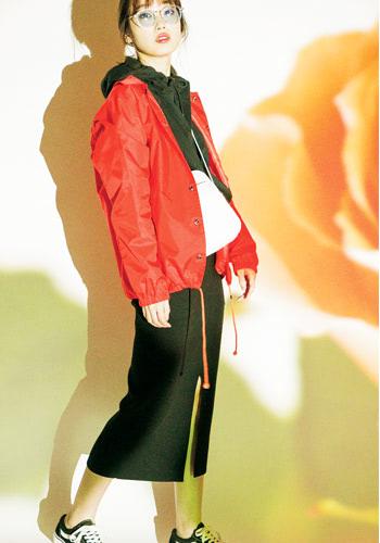 オレンジコーチジャケット 9,800円+税/VANS(CALIFORNIA DEPT.原宿店) フーディ 1,490円+税/GU 黒リブタイトスカート 7,980円+税/MOUSSY(バロックジャパンリミテッド)  サングラス 999円+税/スピンズ ショルダーバッグ 5,980円+税/EMODA SHIBUYA109店 スニーカー 6,500円+税/VANS(VANS JAPAN)