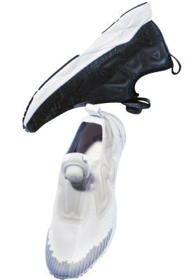 黒スニーカー 14,000円+税、 白スニーカー 18,000円+ 税/ともにリーボック(リーボック アディダスグループお客様窓口)