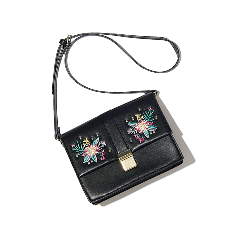 フラワー刺しゅうショルダーバッグ 2,490円+税/GU